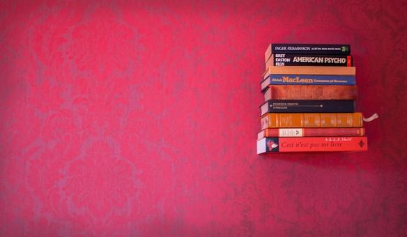 Hyllan ser ut som en bok som svävar fritt på väggen.